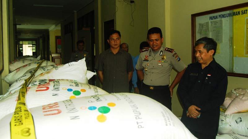 Wakil Bupati Gunungkidul inspeksi pupuk sitaan. Foto: Juju.
