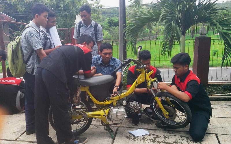 Praktik otomotif siswa SMK Muhamadiyah Patuk. Foto: Atmaja.