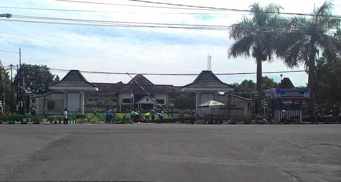 Tampak pekerja di Titik Nol. Foto : Juju