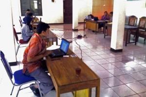 Suasana ujian di Desa Sawahan. Foto : Hari