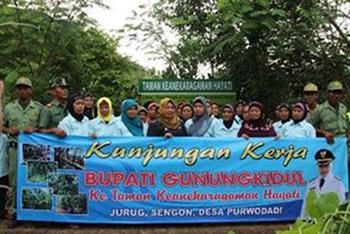 Bupati Badingah kunjungi Taman Kehati Purwodadi Tepus. Dok: Pemdes Purwodadi.