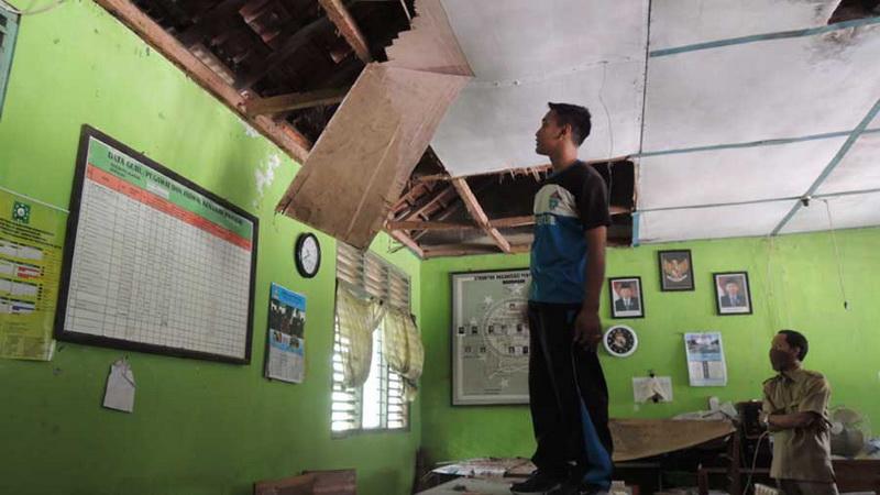Saat dana lagi kosong, eternit ruang guru MI Yappi Dondong Saptosari ambrol. Foto: Kandar.