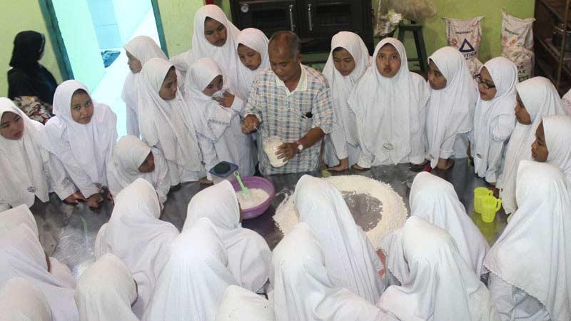 Hindarto pemilik Bakpia Sarirasa 101 memberikan penjelasan kepada peserta studi industri makanan. Foto: Kandar.
