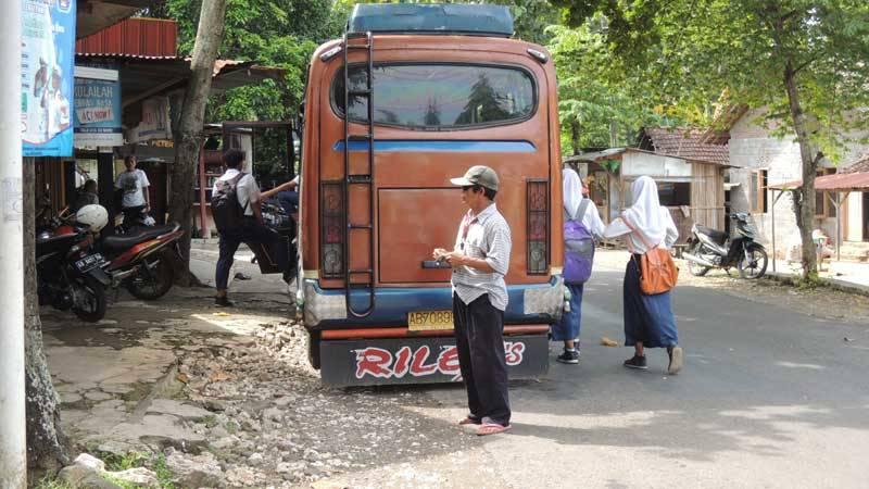 Angkutan sedang menunggu penumpag. Foto : Kandar