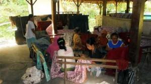 Suasana Pembuatan Batik Tulis di Sentra Batik Tancep.KH/Hari