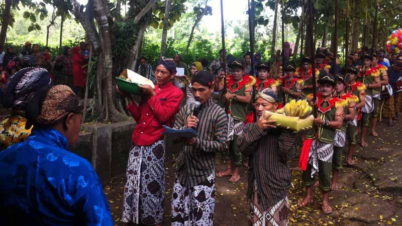 Tradisi bersih kali Gunung Bang Bejiharjo. Foto: Juju.