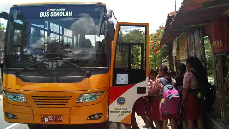 Para pelajar naik bis sekolah. Foto : Atmaja