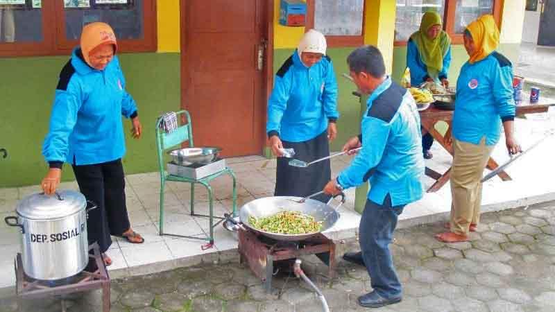 Praktek memasak di dapur umum. Foto : Juju
