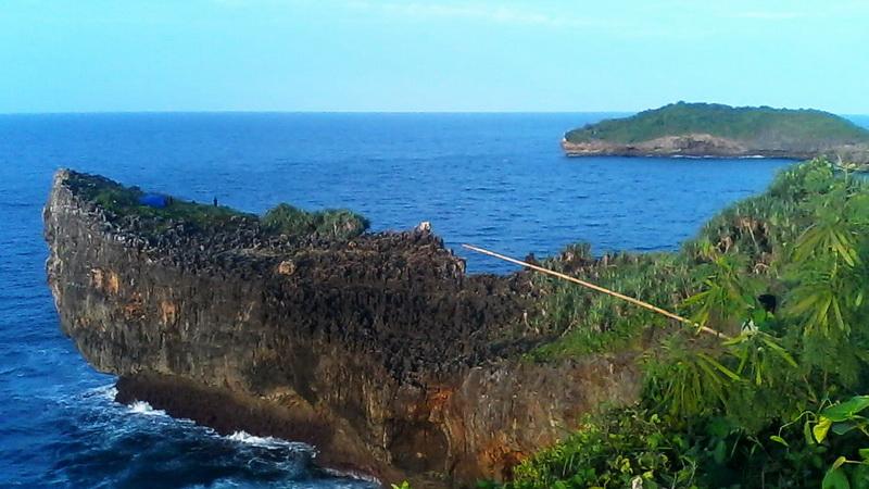 Dengkeng, tubir yang yang menjadi incaran para penghoby rockfishing. Foto: Rado.