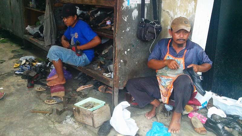 Dwi Handoko, dari usaha angkot banting stir menjual jasa perbaikan tas dan sepatu. Foto: Atmaja.