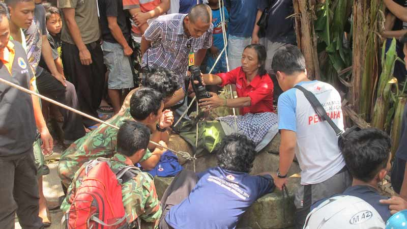 Proses evaluasi Deniko (2th), korban yang terperosok ke sumur. Foto: Juju.