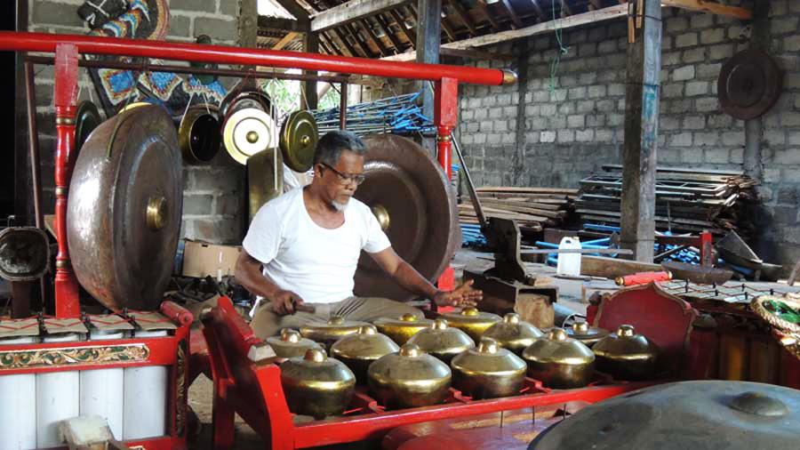 Pengrajin gamelan dari Kajar Karangtengah Wonosari. KH/Kandar.