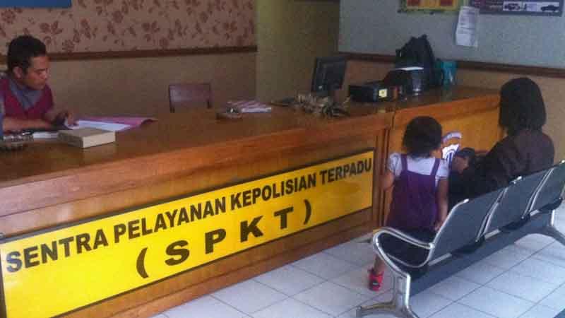 Istri Dadang ketika melapor. Foto : Juju