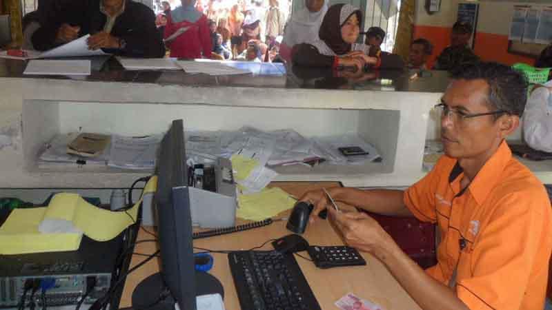 Kepala kantor pos Playen sedang melayanani PSKS. Foto : Sarwo