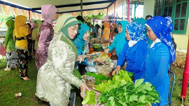 Bupati Badingah memborong sayuran bazaar Hari Kartini Kecamatan Girisubo. KH/Rado.