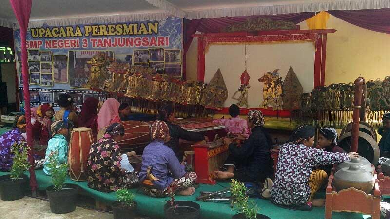 Siswa SMPN 3 Tanjungsari menyajikan pertunjukan wayang kulit. KH/Atmaja.