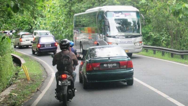 Lalu lintas jalur utama Jogja-Wonosari, Sabtu (4/4/2015). Foto: Atmaja.