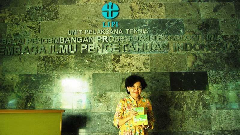 Dini Ariani, UPT BPPTK LIPI dan sampel produk riset olahan makanan. Foto: Juju.