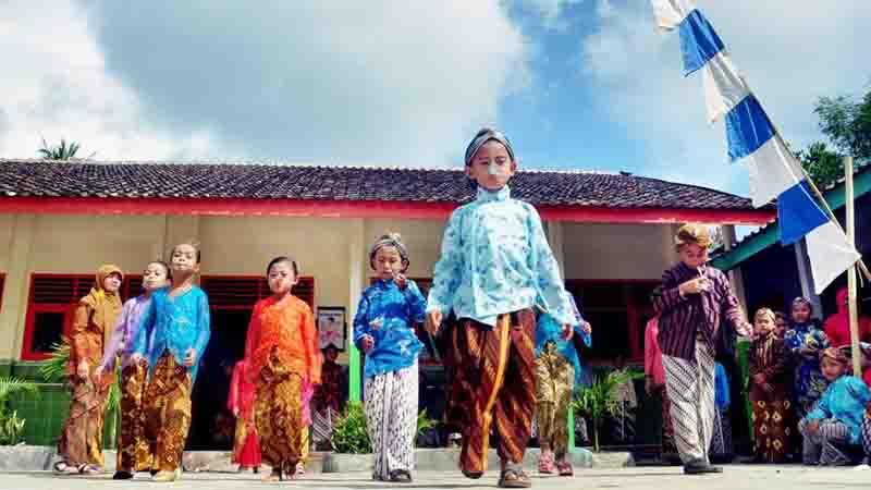 Lomba lari kelereng Hari Kartini. Foto : Rado