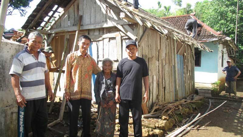 Mbah Ratim diapit beberapa warga Balong. Foto: Atmaja.