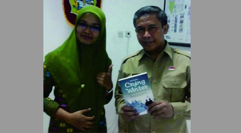 Ermawati memperkenalkan salah satu buku karyanya kepada Wakil Bupati Gunungkidul selaku pembina perpustakaan daerah. Dok: KH.