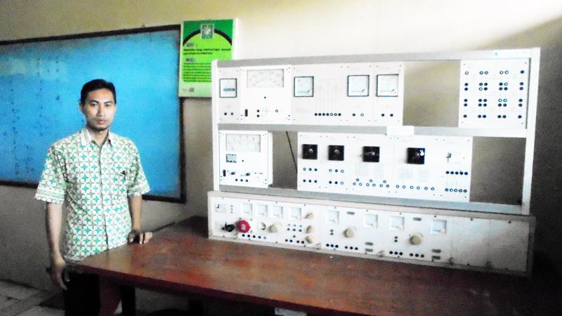 Setyadi Gunawan, guru SMK Yappi Wonosari menunjukkan Lab Teknik Otomasi Industri. Foto: Hari.