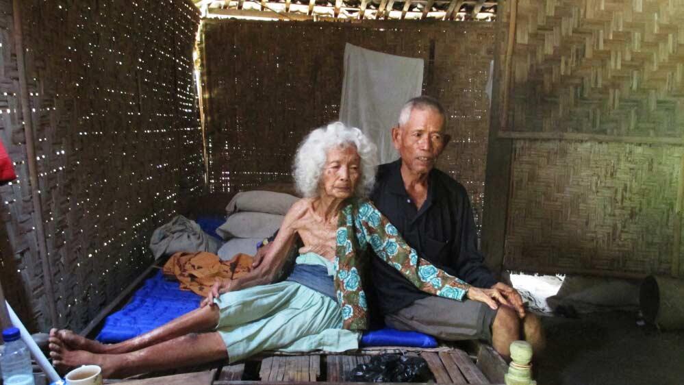 Ngatono setia merawat ibunya yang sudah berusia 100 tahun.  Foto: Atmaja.