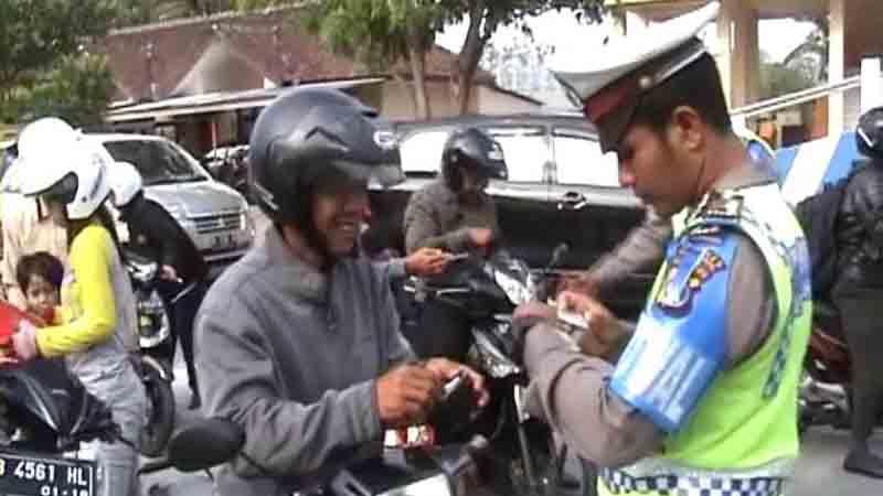Polisi menindak pelanggar. Foto : Juju