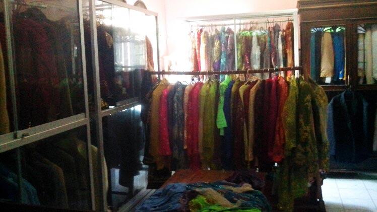 Persewaan pakaian tradisional menjelang Hari Kartini. Foto: Atmaja.