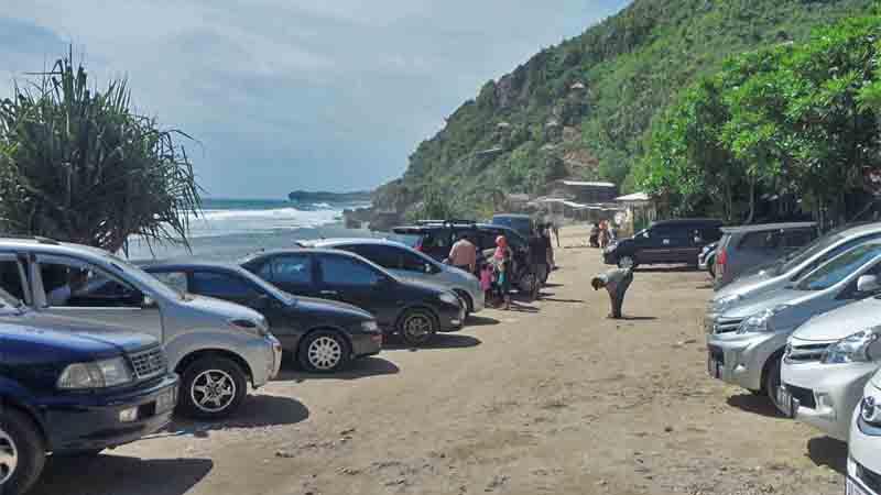 Mobil mobil yang parkir di Pantai  Poktunggal