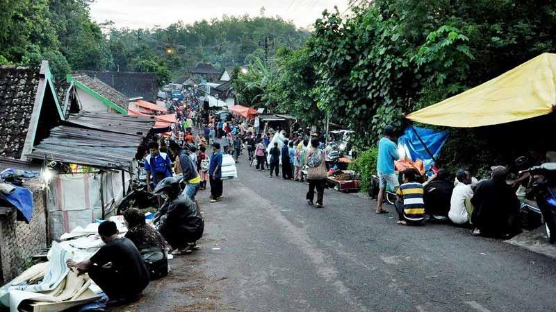 Aktivitas perdagangan di Pasar Jepitu Girisubo. Foto: Rado.