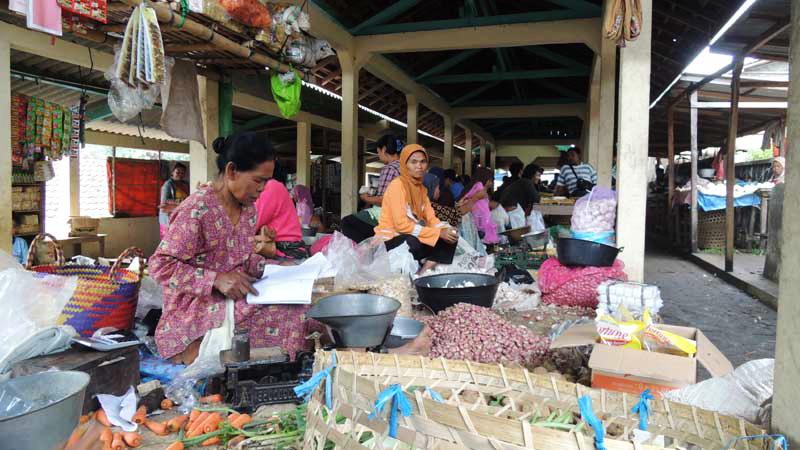 Aktivitas perdagangan di Pasar Trowono Paliyan. Foto: Kandar.