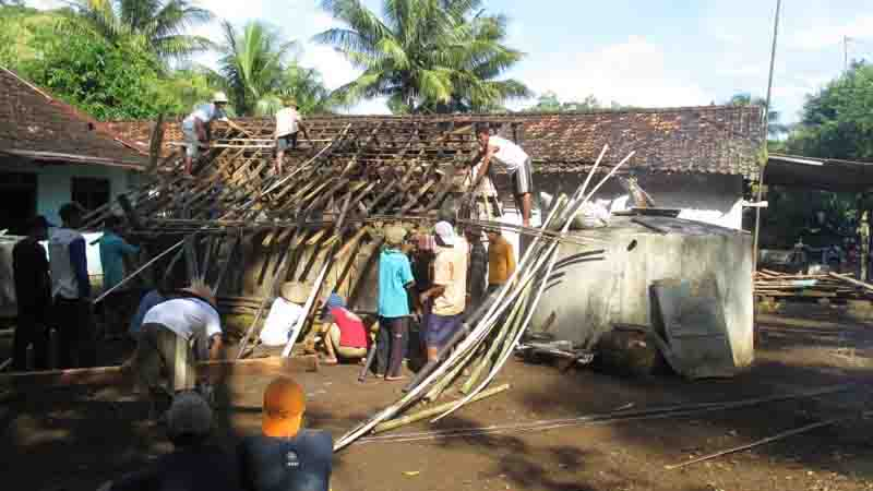 Masyarakat mandiri dan gotong royong. Foto : Atmaja.