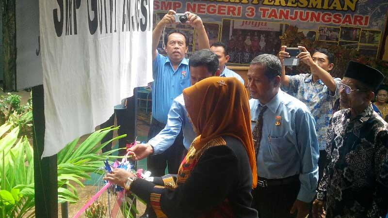 Bupati Badingah meresmikan alih status SMP Gotro Tanjungsari menjadi SMPN 3 Tanjungsari. KH/Atmaja.