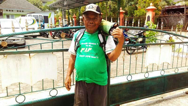 Suparto (75), penjual jasa perbaikan payung masih bersemangat keliling menjajakan jasanya. Foto: Gemma.