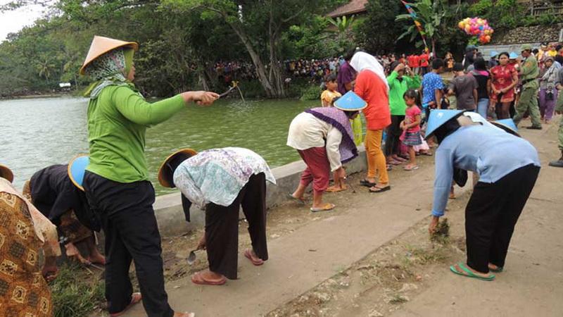 Bersih Desa Kepek Saptosari juga diisi dengan kegiatan bersih-bersih Telaga Winong. Foto: Kandar.