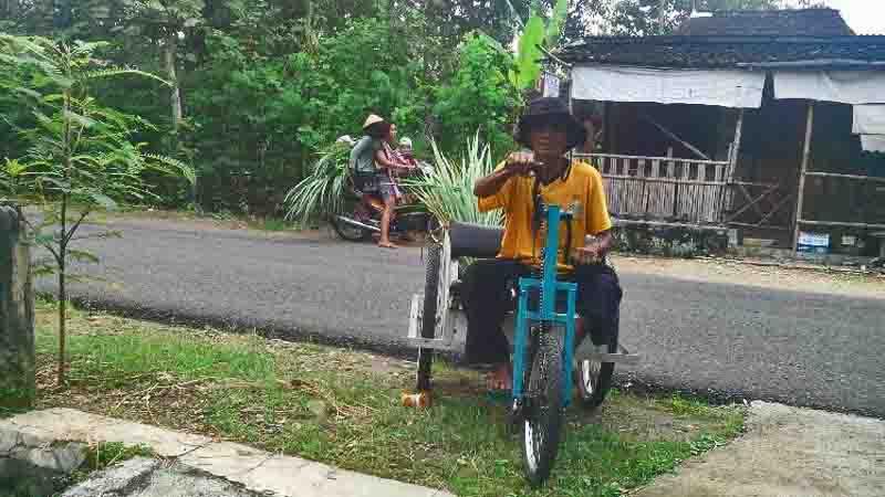 Sidi di atas sepeda uniknya. Foto : Atmaja