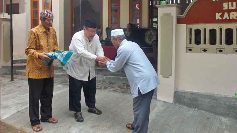 Serah terima masjid. Foto : Sarwo