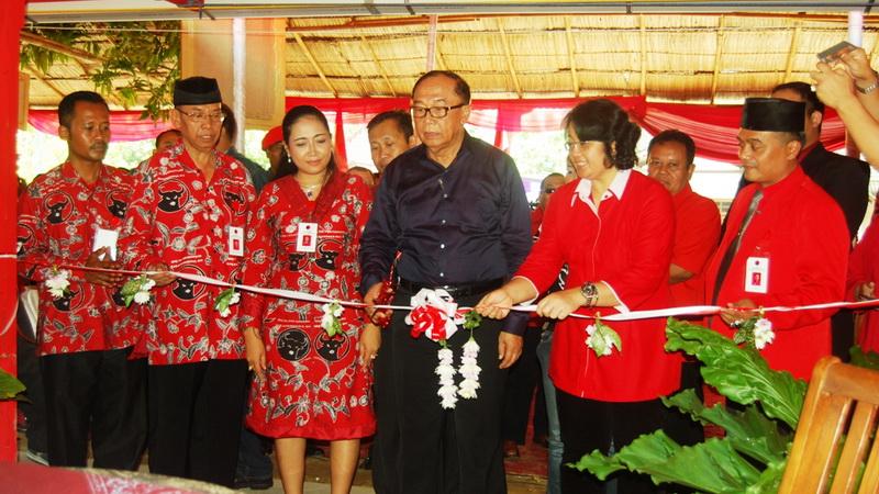 Tokoh senior PDIP meresmikan rumah aspirasi di Gunungkidul. Foto: Juju.