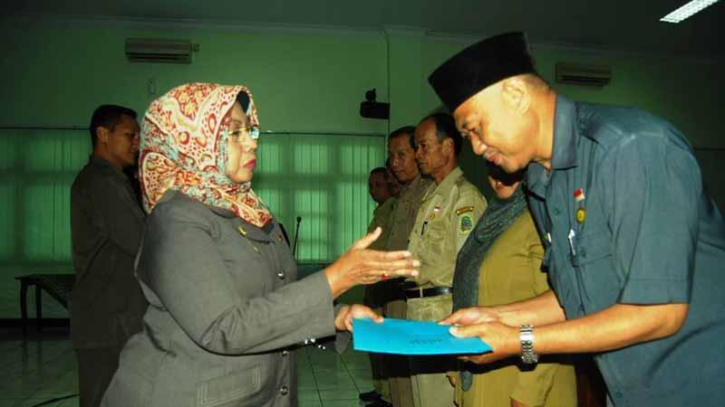 Kepala BP2KP I `Ketut Sentosa menerima penghargaan sebagai SKPD terbaik dalam penyerapan anggaran triwulan pertama 2015. Foto Juju