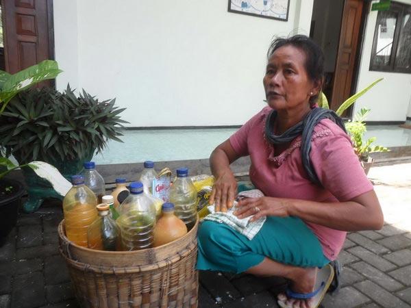 Suwarti penjual jamu gendong di PN Wonosari. KH/Sarwo.