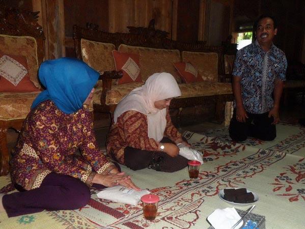 Kunjungan pejabat BATAN meninjau pengembangan sorgum di Playen. Foto: Sarwo.