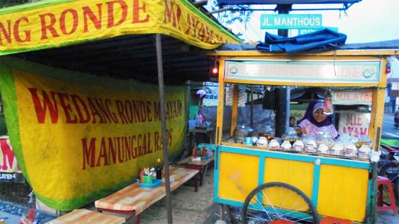 Sumardi menjajakan wedang ronde di depan Kantor Kecamatan Playen. Foto: Hari.