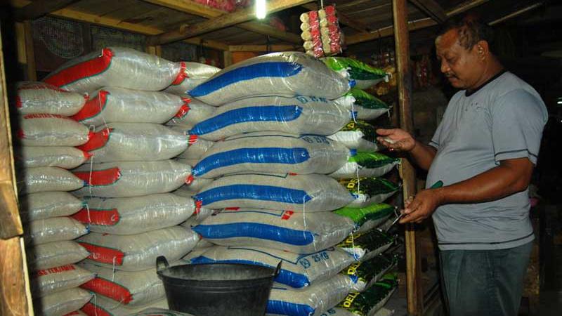 Tukino, pedagang beras di Pasar Argosari mengaku terdampak dari isu adanya beras plastik. KH/Juju.