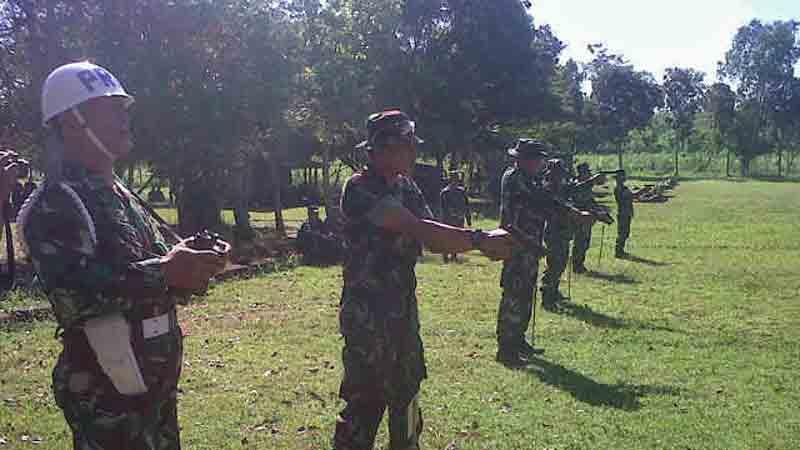 Latihan menembak laras pendek atau pistol. Foto : Juju