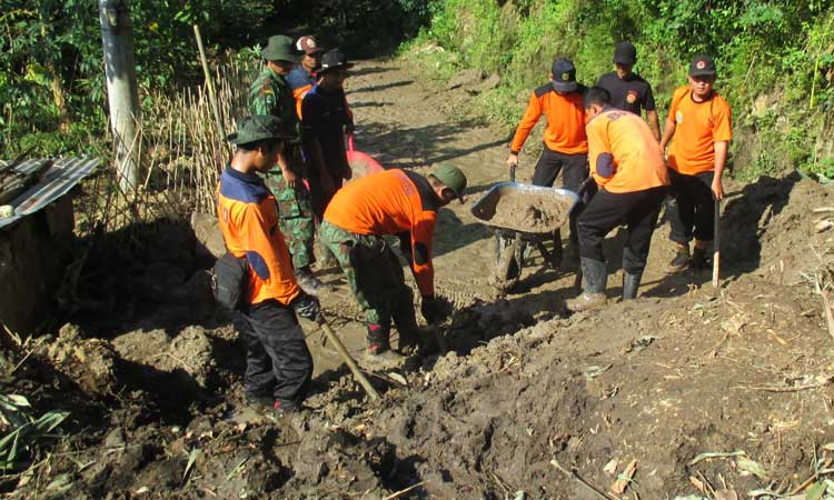 Longsoran tanah bukit Trosari Pilangrejo sempat memutuskan jalur jalan desa. KH/Juju.