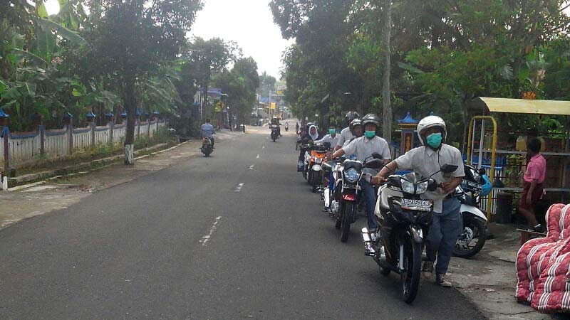 Gampang Budi dan kawan-kawan memenuhi nazar menuntun motor pulang ke rumah saat dinyatakan lulus sekolah. KH/Atmaja.