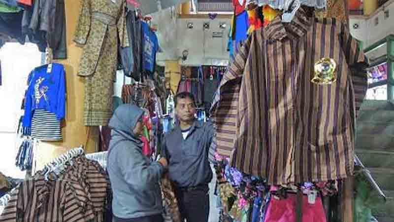Pedagang busana jawa di pasar Hargosari. Foto : Kandar