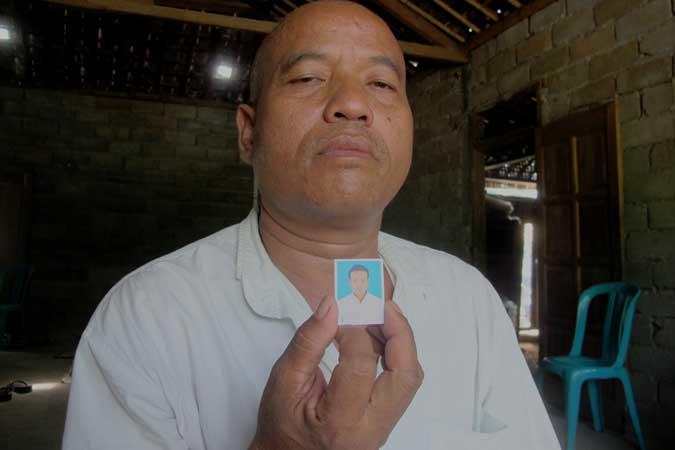 ...menunjukkan foto anaknya yang meninggal di luar negeri. KH/Juju.