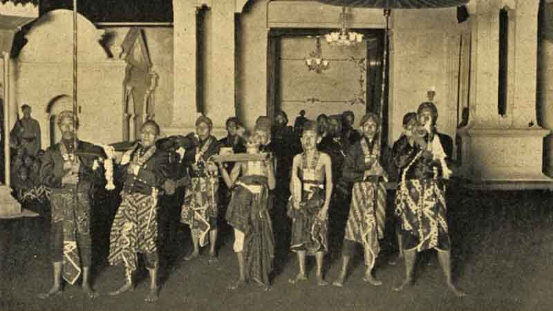 KK Tocnggoelwoeloeng (kiri di foto) dan Paréanom (kanan) dalam gerbang Kraton. Arsip KIT